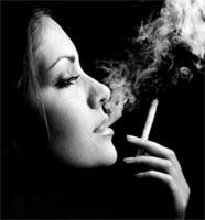 Конец дружбы с пачкой сигарет - Курящая девушка